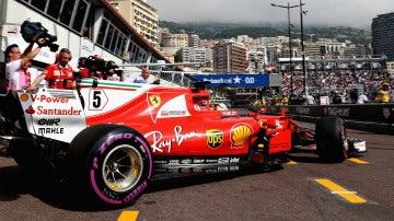 Sebastian Vettel, saliendo de su box en Mónaco