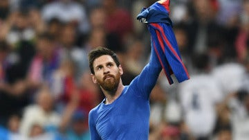 Leo Messi muestra su camiseta al Santiago Bernabéu