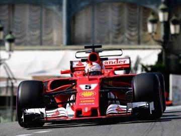 Sebastian Vettel, rodando por las calles de Mónaco