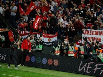 Zlatan Ibrahimovic, haciéndose una foto con los aficionados del United