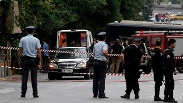 La Policía acordona el coche del ex primer ministro griego, Lucas Papademos