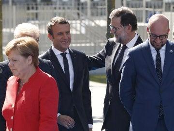 Rajoy saluda a Macron en la reunión de la OTAN