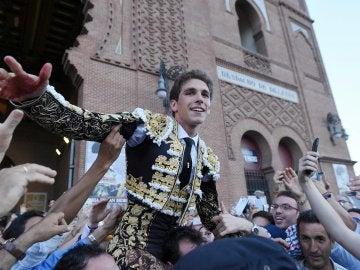 El diestro Ginés Marín sale a hombros tras cortar dos orejas en la corrida de la Feria de San Isidro