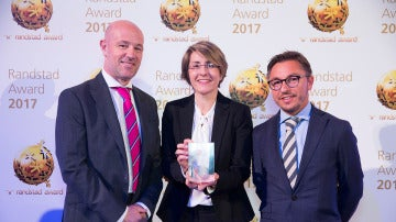 La Directora General Corporativa de ATRESMEDIA, Patricia Pérez, en la entrega de los Randstad Award, junto al Director y el Gerente de Recursos Humanos de la compañía, Lucio Fernández (izda.) y Juan Carlos Majadas
