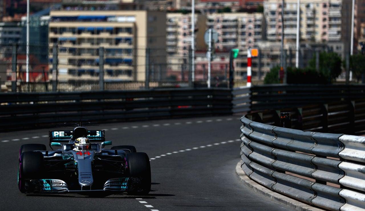 Lewis Hamilton, rodando por las calles de Montecarlo