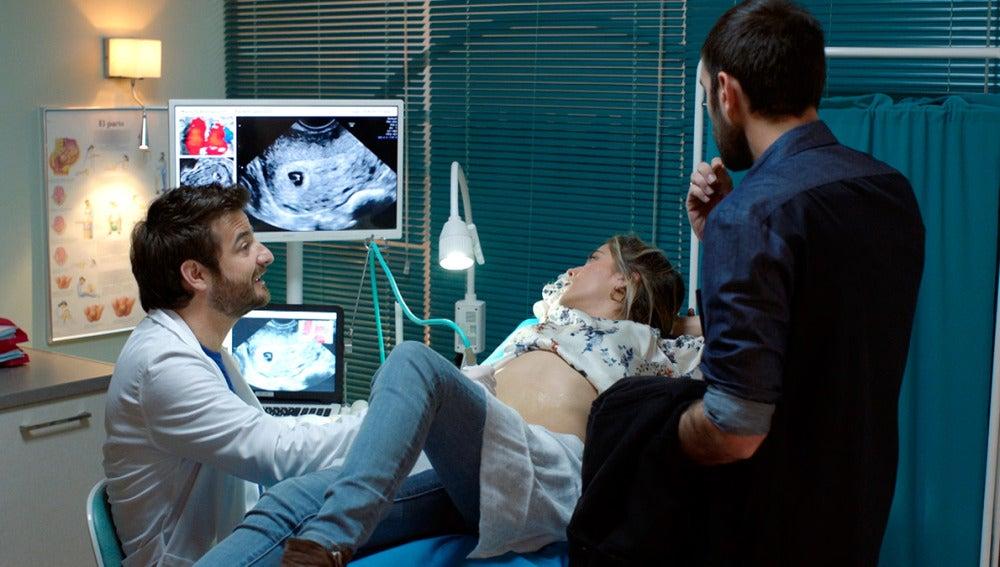 Carmen e Iñaki ven a su bebé por primera vez