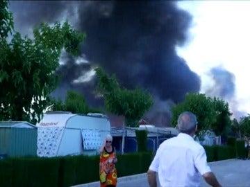 Frame 8.451155 de: Una mujer herida y un centenar de desalojados en un incendio en un camping en Benidorm