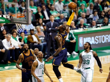 LeBron James se dispone a machacar el aro ante Boston