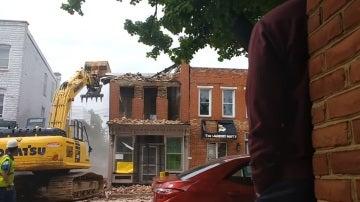 Unos obreros derriban una casa por error