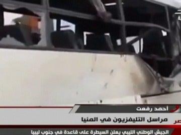 Frame 36.245834 de: Al menos 26 muertos y 27 heridos en un tiroteo contra un autobús que trasladaba a cristianos en Egipto
