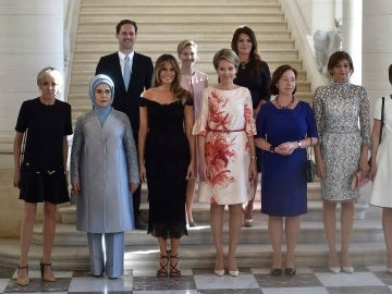 Las parejas de los líderes internacionales posan tras un encuentro