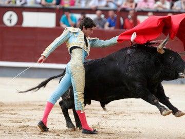 El diestro francés Sebastian Castella da un pase con la muleta a uno de los de su lote, durante la corrida de la Feria de San Isidro