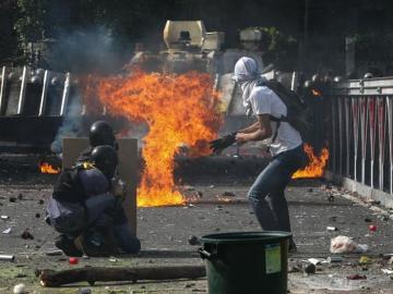 Manifestantes se enfrentan con la policía en Caracas