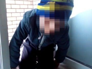 Un niño se cuelga de una ventana en Rusia
