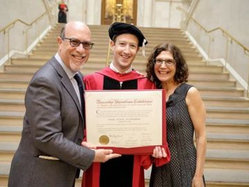 Mark Zuckerberg junto a sus padres sosteniendo su título de Harvard