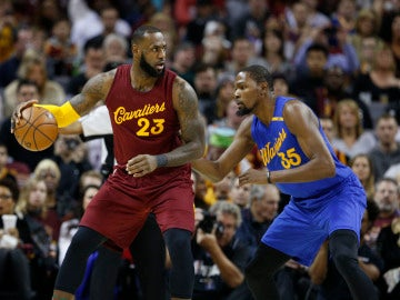 LeBron James postea a Kevin Durant durante un Warriors - Cavaliers
