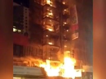 Frame 44.322144 de: Un incendio en un inmueble de Gijón se salda con siete vecinos intoxicados