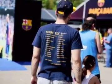 Un aficionado del Barcelona en la 'fan zone' del equipo en Matadero