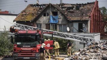 Los bomberos y servicios de emergencia trabajan en la extinción del incendio en Bilbao