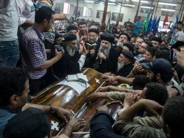 Familiares lloran durante el funeral de las víctimas del atentado