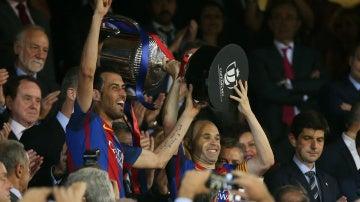 Iniesta y Busquets levantan el trofeo de campeones de la Copa del Rey