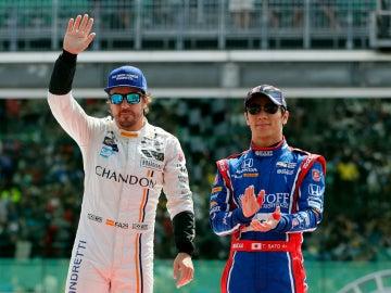 Alonso, junto a Takuma Sato