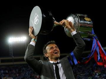 Luis Enrique, con el trofeo de campeón de la Copa del Rey