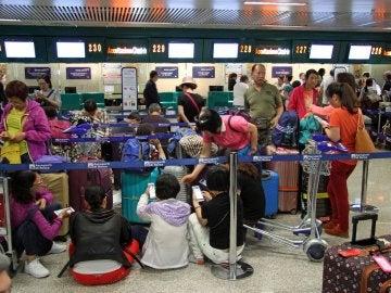 Pasajeros de British Airways haciendo cola tras la cancelación de su vuelo en el aeropuerto de Gatwick