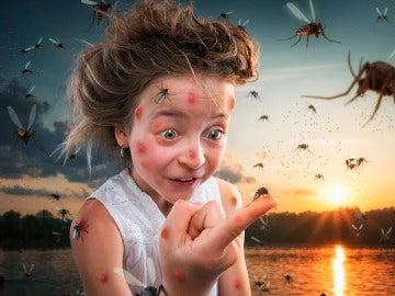 Una de sus hijas rodeada de insectos