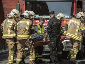 Los bomberos rescatando a los heridos