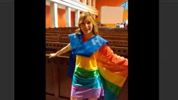 Joven con vestido con la bandera LGTB