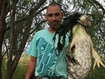El cazador con la rana de seis kilos