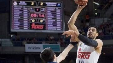 Gustavo Ayón lanza a canasta ante el MoraBanc Andorra