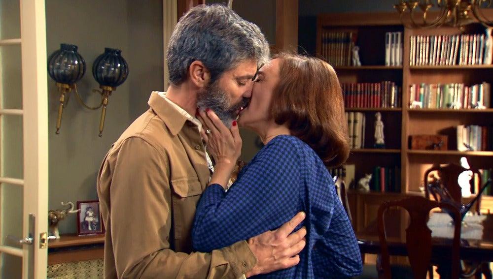Rosalía se deja llevar por sus sentimientos y besa con pasión a Esteban