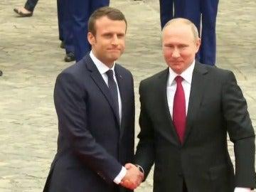 Frame 10.478674 de: Emmanuel Macron recibe en Versalles a Vladimir Putin