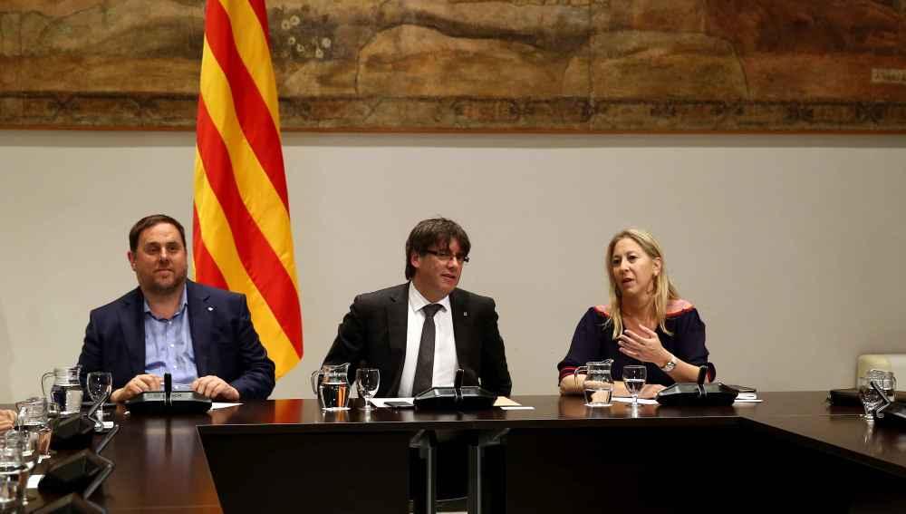 El presidente catalán, Carles Puigdemont (c), junto al vicepresidente del Govern, Oriol Junqueras (i) y la consellera de la Presidencia, Neus Munté