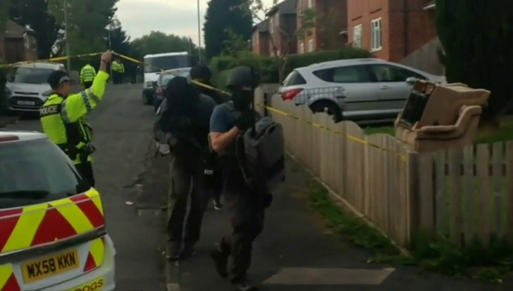 Frame 4.469649 de: La Policía detiene a una nueva persona relacionada con el atentado en Mánchester y eleva a 16 los arrestados
