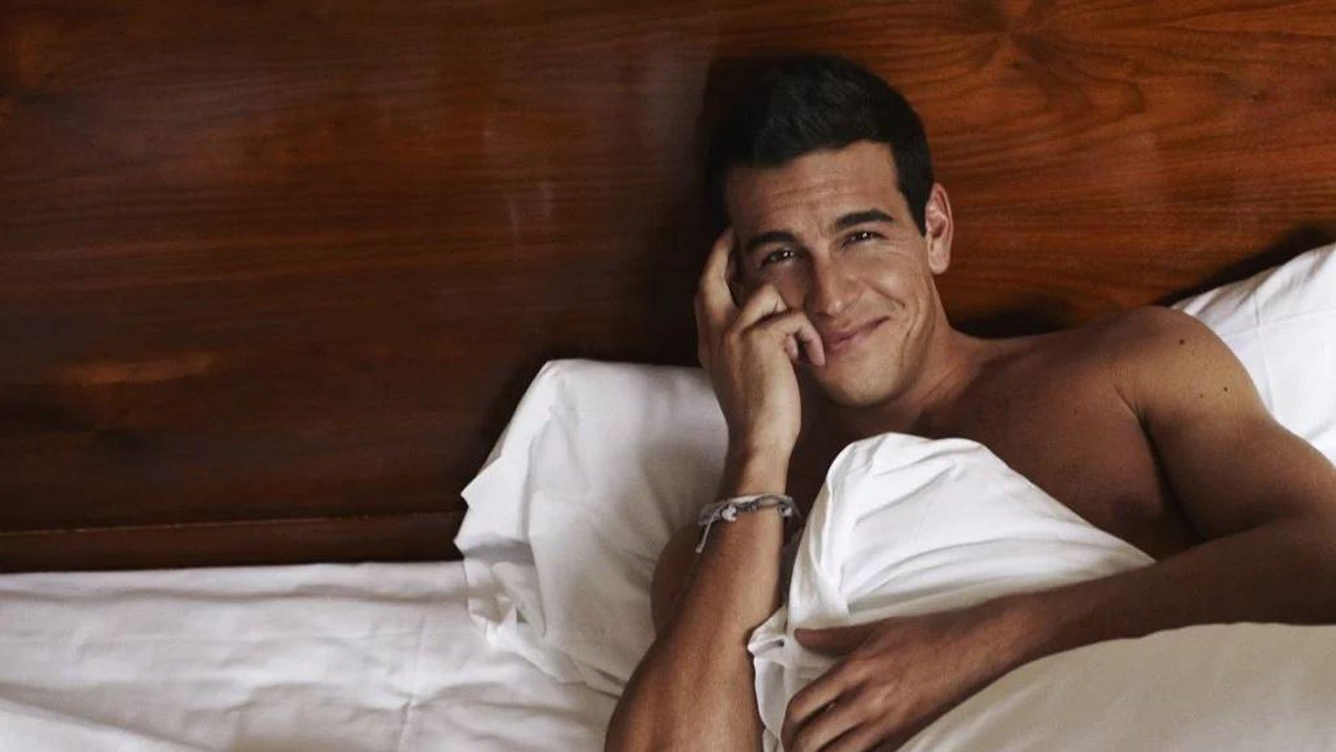 Mario Casas en la cama