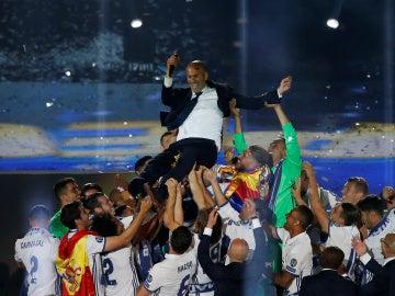 Zinedine Zidane, manteado por sus jugadores