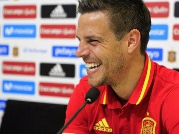 Azpilicueta sonríe durante la rueda de prensa