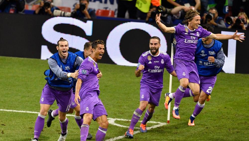 Cristiano Ronaldo celebra un gol junto a sus compañeros