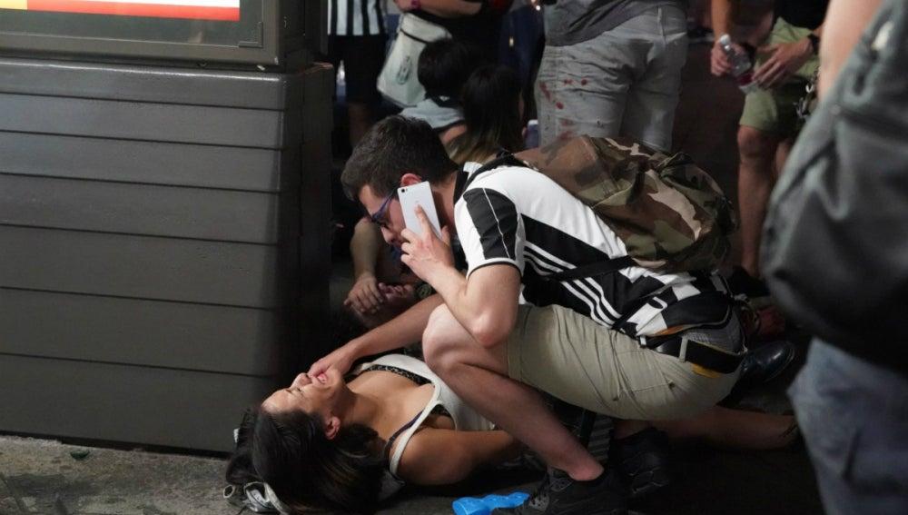 Un hombre atiende a una mujer herida en la Fan Zone de Turín