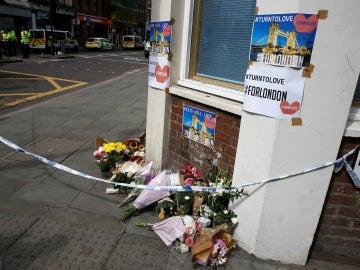 Homenajes en el lugar de los ataques en Londres