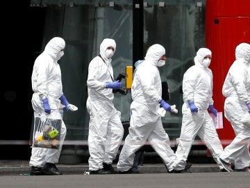 Los forenses se dirigen hacia el puente de Londres para analizar el doble atentado