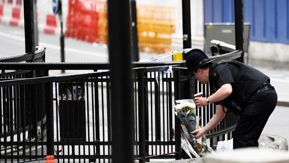Un policía deja flores en el puente de Londres