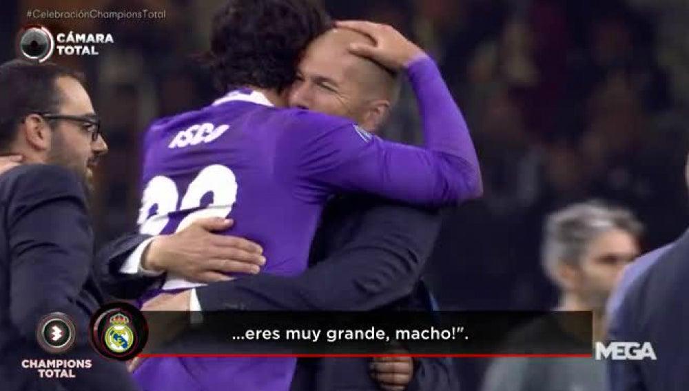 Zidane se abraza a Isco