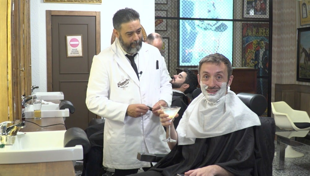 Un coctelito y un afeitado al mismo tiempo. Moooola
