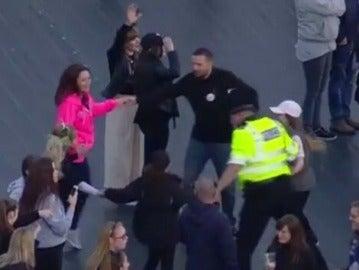 El policía bailando con niños