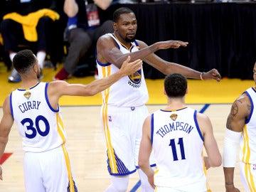 Stephen Curry y Kevin Durant celebran una canasta ante los Cavaliers