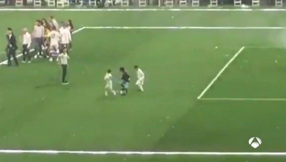 Frame 11.514285 de: El hijo de Cristiano ya deslumbra en el Bernabéu: ¡Vaya golazo tras un doble recorte!